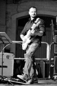 Vito Manfredi, veterinario di professione, musicista e cantautore. Foto di Valentina D'eramo